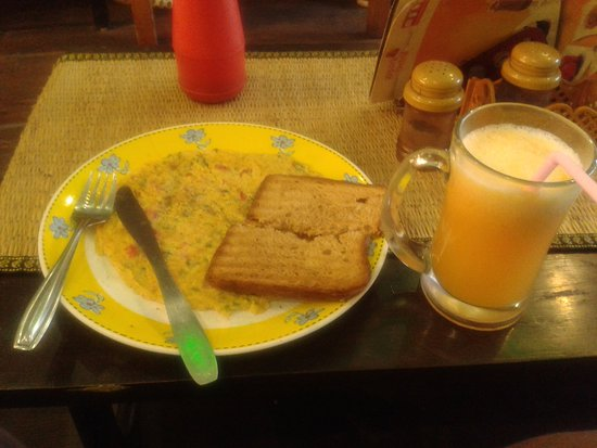 Arpora Central: Omelette with toasted bread and orange juice