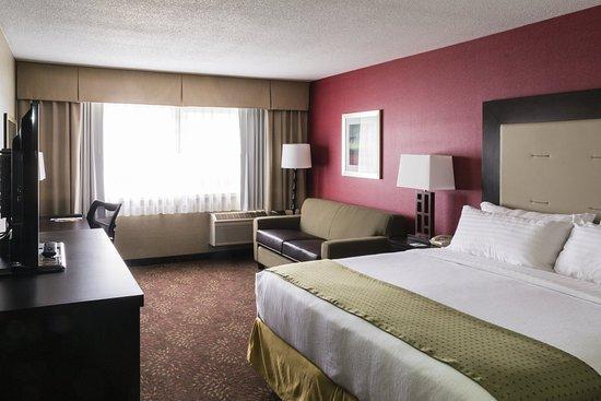 Big Rapids, MI: King Bed Sofa Sleeper Guest Room