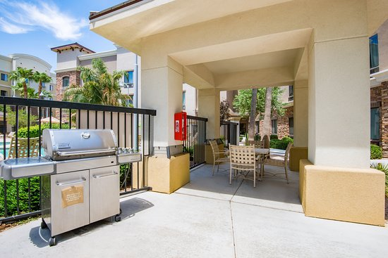 Holiday Inn Express Hotel & Suites Phoenix-Glendale: Courtyard