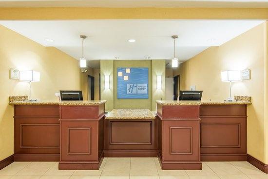 Holiday Inn Express Hotel & Suites Phoenix-Glendale: Front Desk