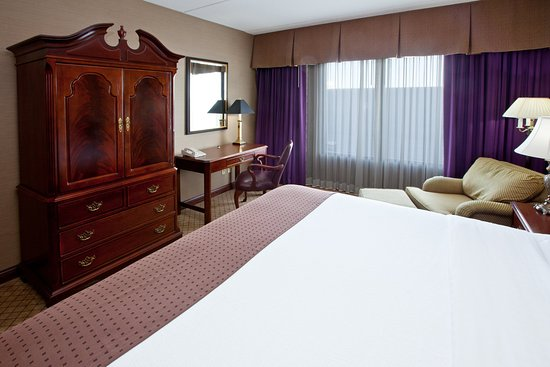 Wilmington, OH: King Bed Guest Room