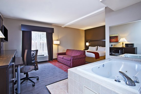 Holiday Inn Express & Suites Columbus Southeast: King Suite with jetted tub