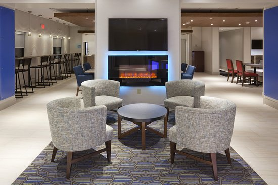 Our modern Roseville hotel lobby has comfy seating and fireplace.