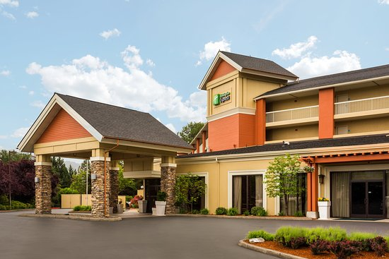 Holiday Inn Express Roseburg: Welcome Hotel Exterior Front Entrance