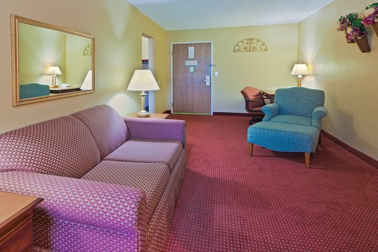 North Huntingdon, PA: Presidential Suite