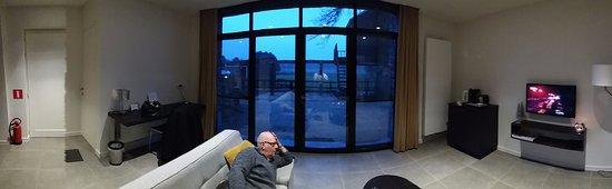 Turnhout, Belgia: gezellige zithoek met tv en bar'tje, grote porte-fenêtre, bureau