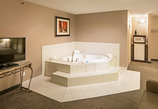 Holiday Inn Express Red Deer: Jacuzzi Suite