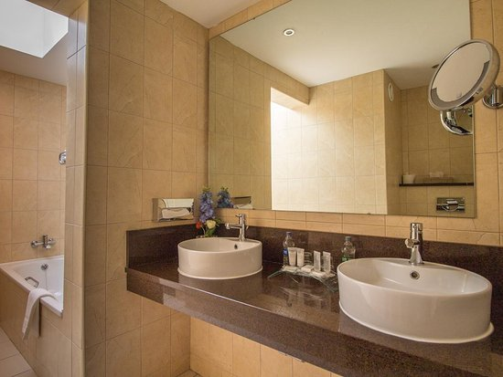 Bathroom picture of bunratty castle hotel bunratty for Bathroom suites direct