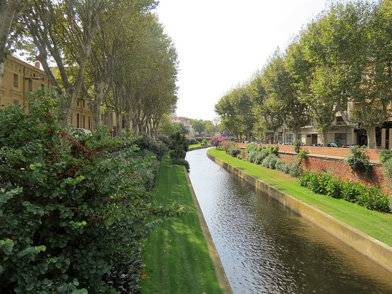 Entr e de l 39 office de tourisme c t place arago avec - Office de tourisme pyrenees orientales ...