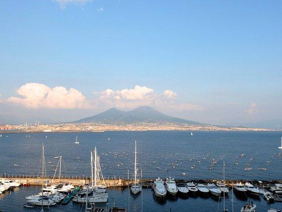 Castel dell'Ovo: vista su golfo di Napoli