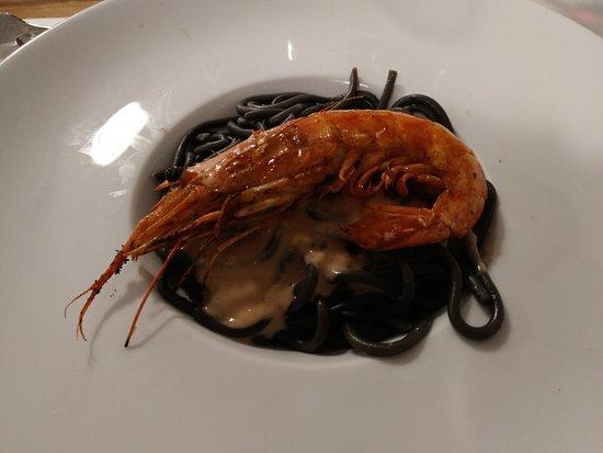 Castañeda, España: Spaghetti de Sepia, salsa de foie y langostino a la plancha