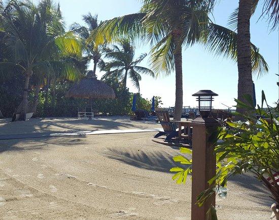 Island Bay Resort: Spectacular beach. Many seating areas.