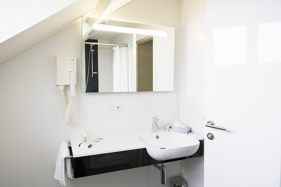 salle de bain appartement photo de hotel tristar la louviere tripadvisor. Black Bedroom Furniture Sets. Home Design Ideas