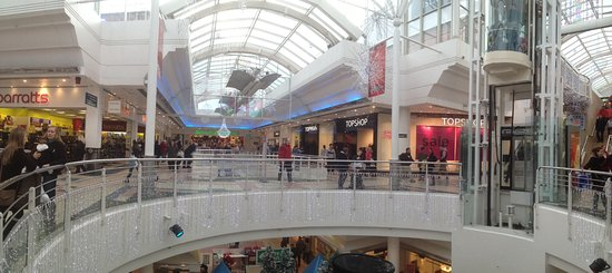 Derry, UK: The centre atrium of the malls, bright and spacious.