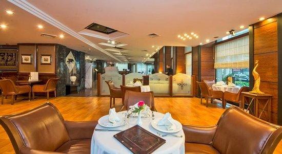 Golden Age Hotel: Lobby