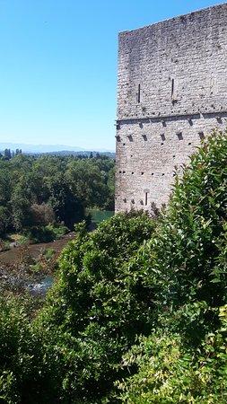 Sauveterre-de-Bearn, France: La vue de la Tour depuis l'église