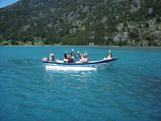 Puerto Bertrand, Chile: Pasajeros comenzando un tour de navegación por el Lago Bertrand.