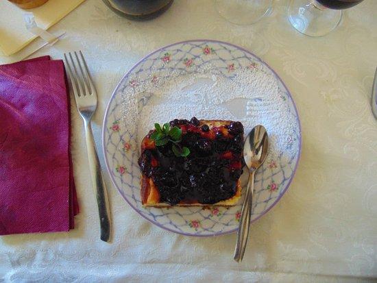 Sorano, Italy: torta di ricotta con frutti di bosco