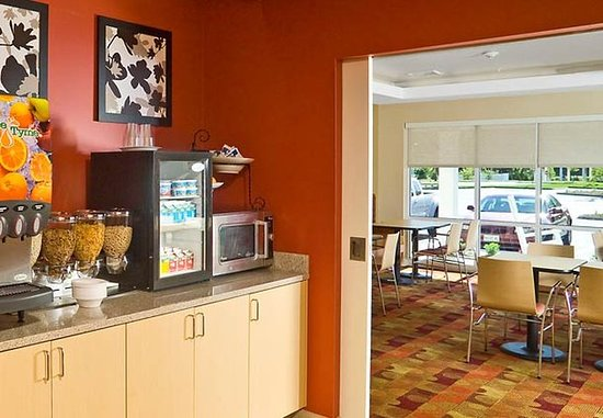 TownePlace Suites Laconia Gilford: Breakfast Bar