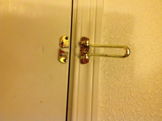 Econo Lodge Eugene: Security latch broken