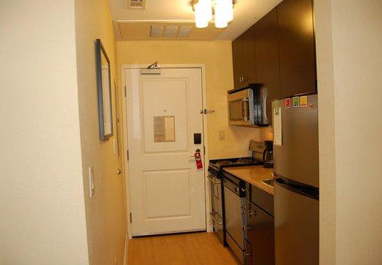 DeSoto, تكساس: One-Bedroom Suite – Kitchen