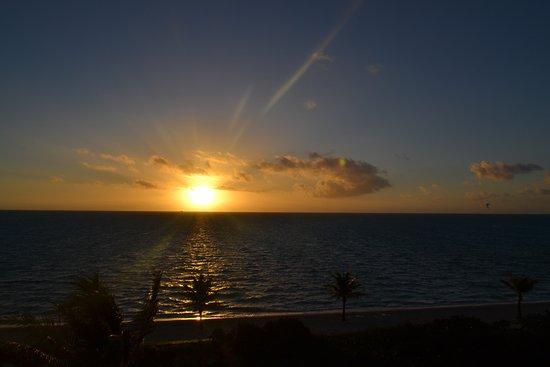 Long Bay Beach, โพรวิเดนซิเอลส์: sunrise from he balcony