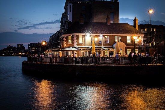 the narrow london docklands canary wharf isle of dogs