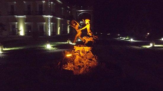 Real Hacienda Santo Tomas: Escena nocturna de una de sus estatuas