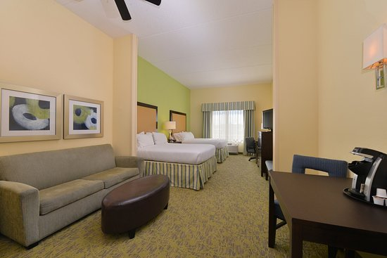 Dickson City, PA: Double Queen Suite with an extended living room and pull out sofa.