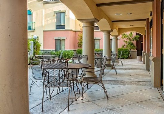 Oro Valley, AZ: Breakfast Dining Area – Patio