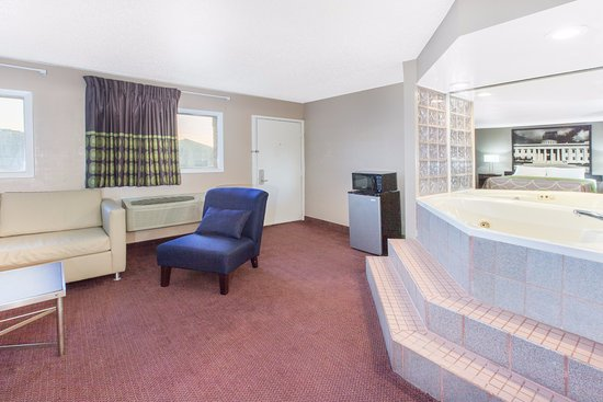 Millbury, โอไฮโอ: JACUZZI SUITE WITH SOFABED AND SPA TUB