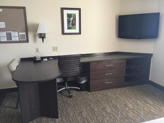 Woodward, OK: Large spacious workspace with an executive chair.