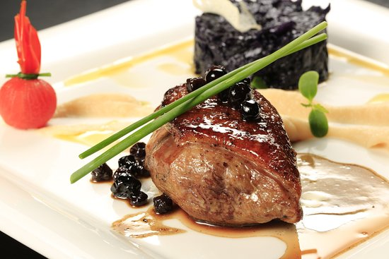 Crowne Plaza Belgrade : Marinated sirloin steak topped with bluberry sauce