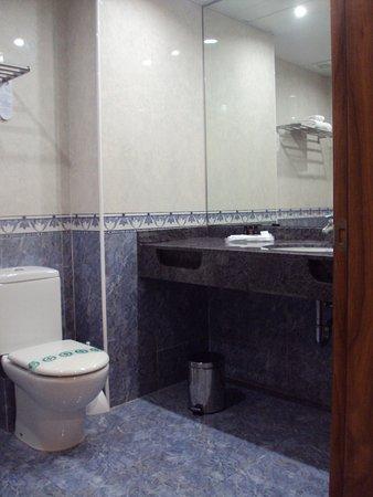 Sunway Playa Golf Hotel & Spa Sitges: Baño en la línea de la habitación.