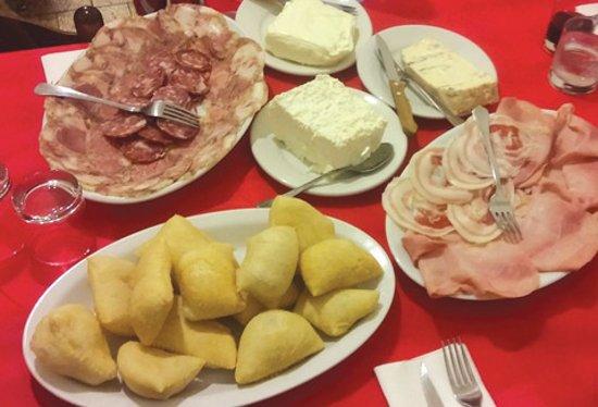 San Colombano Certenoli, Italy: sgabei con salumi e formaggi locali indimenticabili