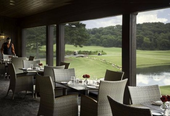 Adairsville, Geórgia: Dine al fresco on the verandah at The Woodlands Grill