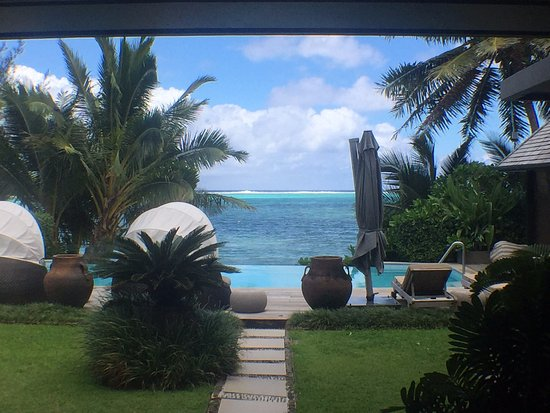 Te Vakaroa Villas: This looks fake but this is the view we got from the doors of our room leading onto the patio