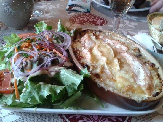 Verchaix, France : crosiflette, delicieuses petites pates aux lardons et oignons recouvertes de fromage gratiné