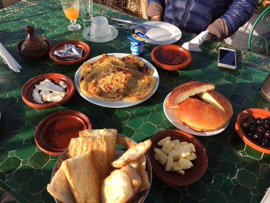 Riad Dar Guennoun: Sunny Terrace where we enjoyed our yummy breakfast