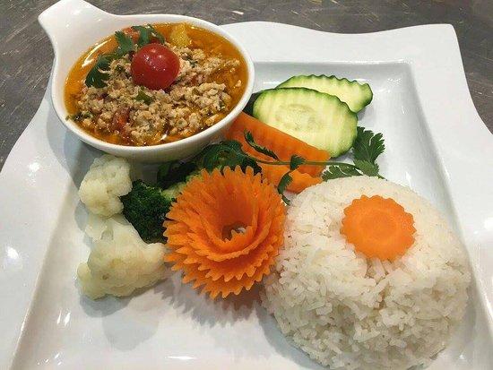 Σοφία Αντίπολις, Γαλλία: Chiang Mai Nam Prik Ong (plat traditionnel avec poulet haché, poivrons,, curry rouge...)