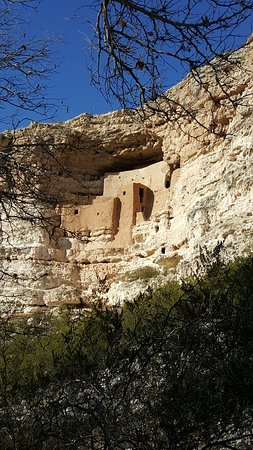 Montezuma Castle National Monument: Cliff dwellings from the paved path