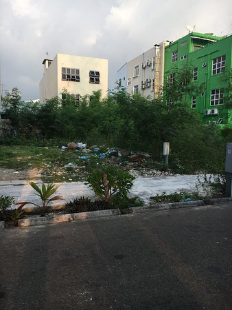 Hulhumale: Rubbish on hotel side