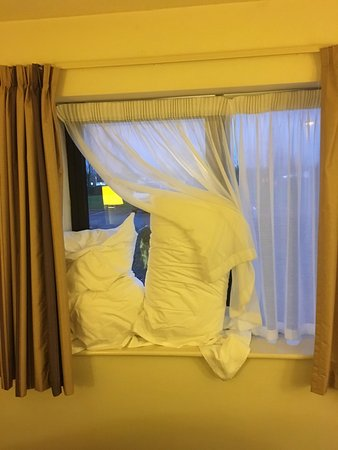 Days Inn Durham: Had to use spare pillow and towels to stop the cold breeze and noise from outside keeping me awa
