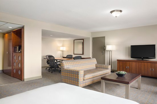 DoubleTree DFW Airport North: Parlor Suite