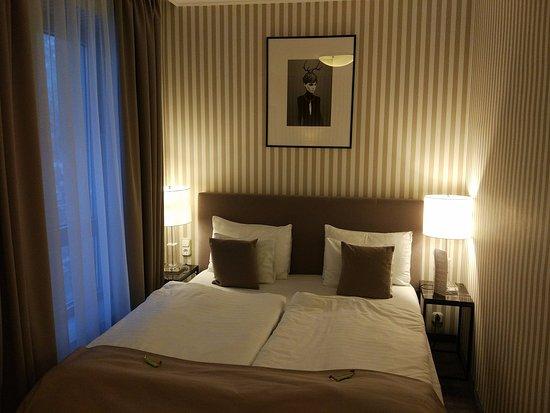 Ambra Hotel: Dormitorio de la habitación 406, daba al patio de luces (era agradable)