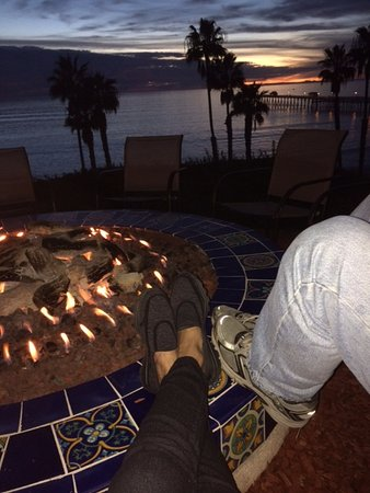 Beachcomber Inn: sitting by the fire pit in front of our room