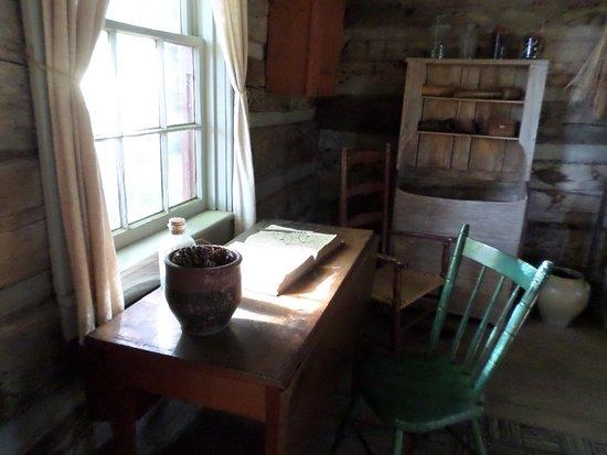 Waterloo, نيويورك: A window area inside the log home
