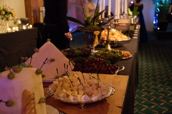 Pittston, Пенсильвания: The Gramercy's classic cheese station.