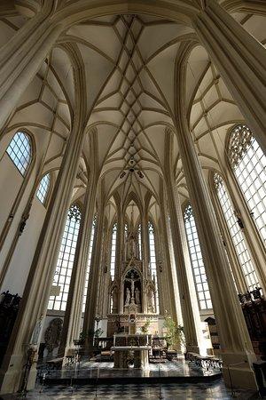 St. Jacob's Church : ゴシック建築らしい,明るく開放的な祭壇。