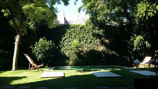 L'Hotel Palermo: The pool and gardens